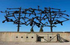 Bezoekers Dachau tekenen hakenkruis op medestudent