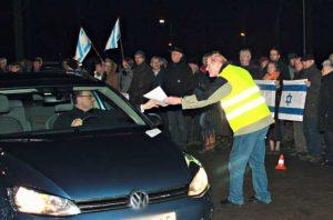 """Christenen voor Israel demonstreerden voor het PGGM-kantoor. Borgdorff: 'Om het kantoor binnen te gaan moest je door 250 demonstranten heen, dat heeft wel invloed. Onze eigen PGGM-staf begon te vragen waar wij mee bezig waren."""" Foto: CvI"""