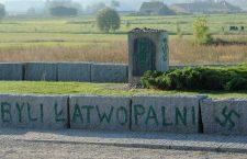Tijdens de Tweede Wereldoorlog werden volgens de Poolse historicus Jan Grabowski naar schatting 200 duizend Poolse Joden door hun Poolse landgenoten afgeslacht. Bovendien werden ontelbare Joodse onderduikers en hun beschermers door hun Poolse landgenoten aan de Duitsers verraden. Een van de slachtpartijen vond plaats op 10 juni 1041 in het dorpje Jedwabne. Daar werd vrijwel de complete Joodse bevolking van circa 1600 personen door hun katholieke dorpsgenoten vermoord. Honderden van de slachtoffers, voornamelijk vrouwen en kinderen, werden in een boerenschuur opgesloten die vervolgens in brand werd gestoken. In 2011 werd het monument voor de slachtpartij door Poolse neo-Nazi's beklad.